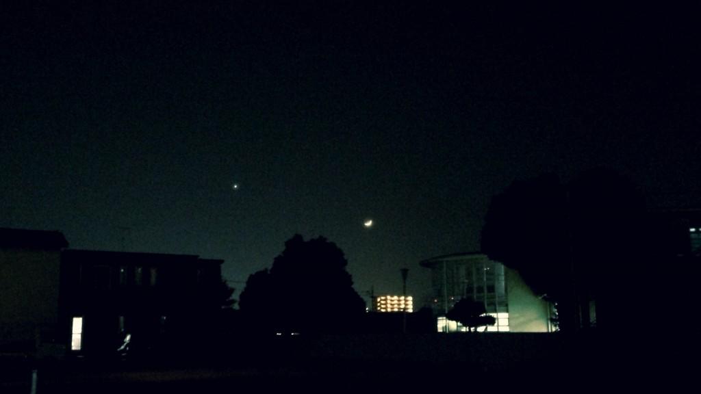 日没後の西の空で金星と月が接近。 特に調整をしなくとも惑星と月は同時に撮影できます。 2013年12月筆者撮影(iPhone5sを使用)