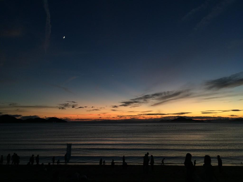 日没後の西の空。まだ明るい空だと月の強い光もにじまずに撮影できます。 月の右下には金星の姿も。 2015年7月筆者撮影(iPhone6 plusを使用)