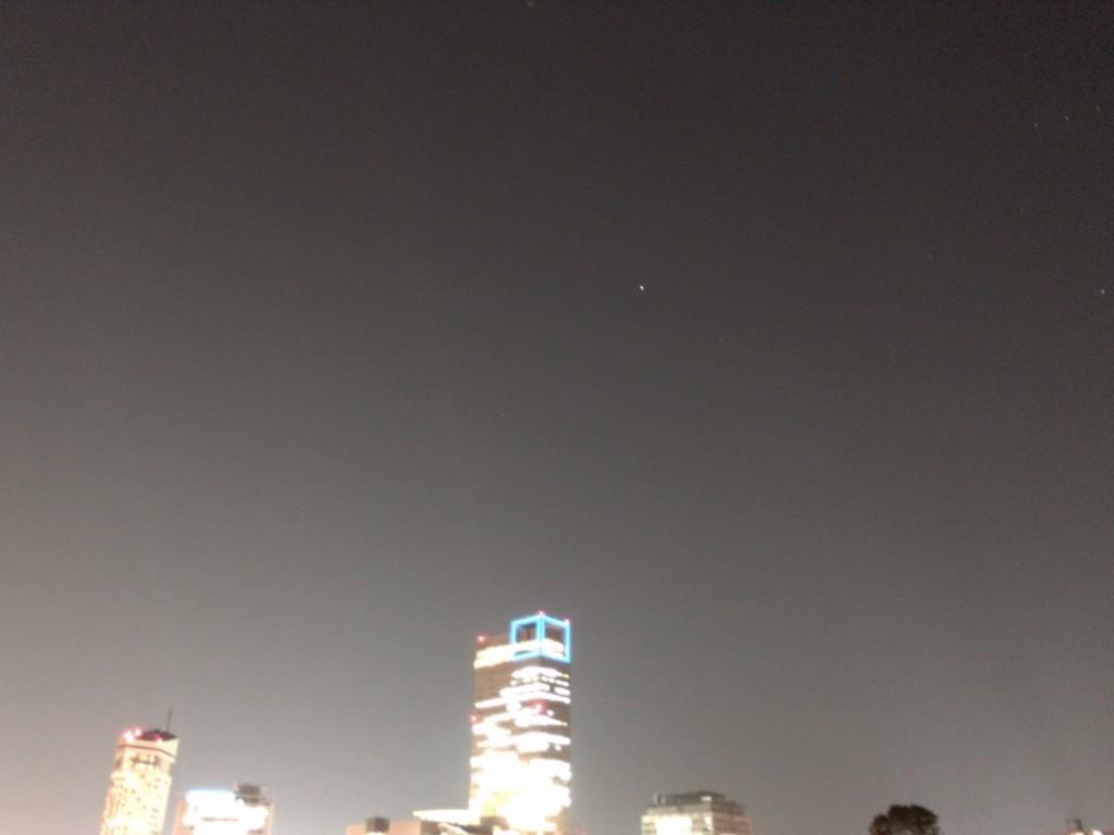 西の明るい空にぽつんと輝くおおいぬ座のシリウス。 右上にうっすらとオリオン座の三つ星も写っています。 2016年3月筆者撮影(iPhone6s plusを使用・10秒露光)
