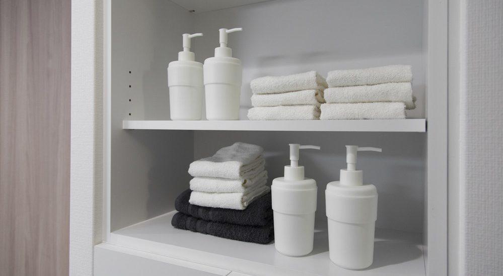 可動式の棚は大きさの揃わない日用品を収納するのに便利