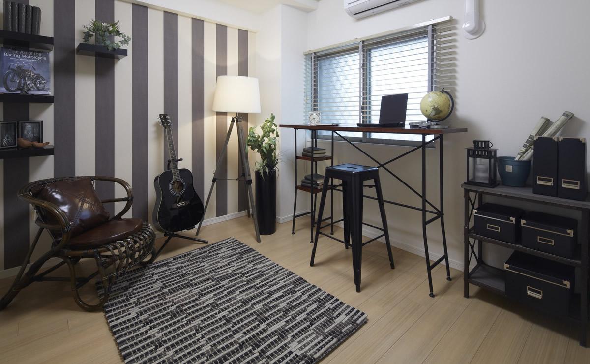 黒を基調としながら明るい雰囲気の部屋を作った例