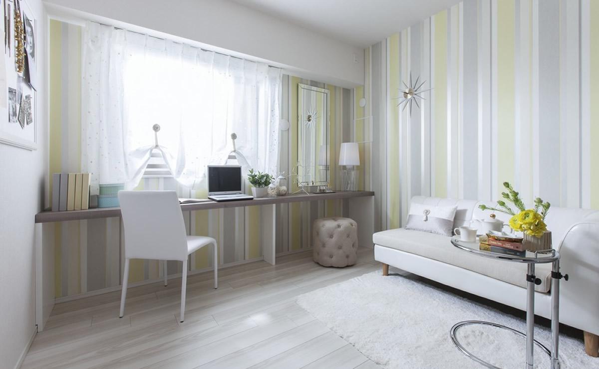 白い部屋に壁紙の配色を取り入れて動きを作った部屋