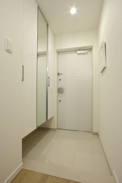 玄関に「窓」を設けることが難しいマンションでは、白を基調としたコーディネートをすると暗い玄関も明るく感じるようになります。クロス(壁紙)や下足入れのドア、土間