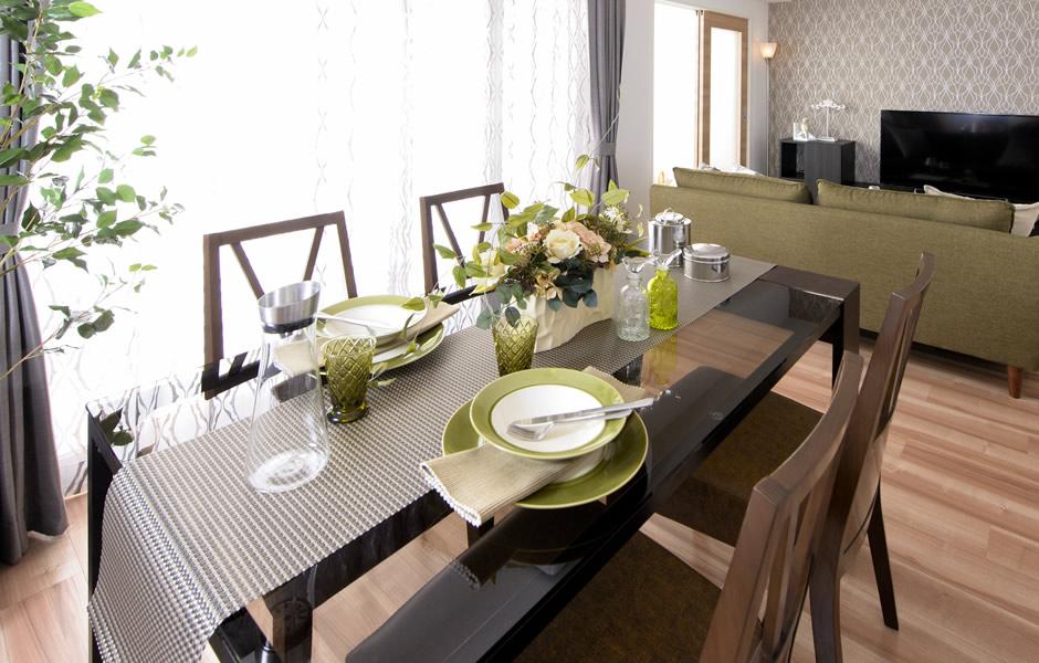リネンの配色が印象的なテーブルコーディネート