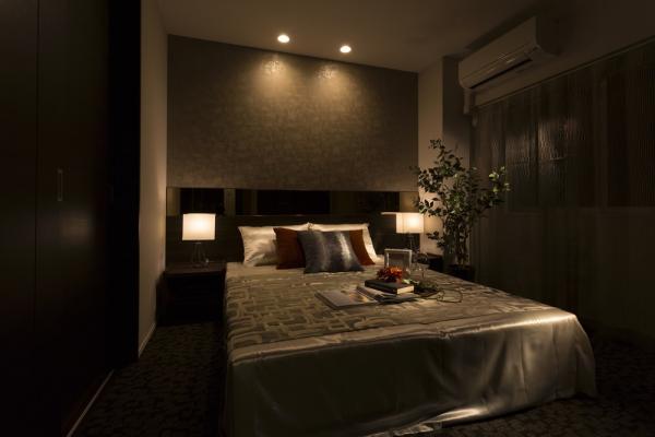 ダウンライトと間接照明でシックな寝室