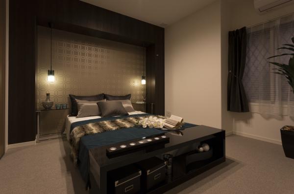 ゴールドのアクセントクロスの寝室