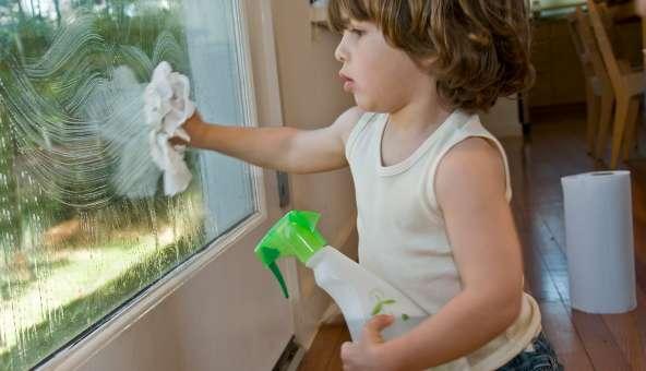 男の子が窓掃除