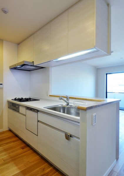 対面式のI型キッチン(吊戸棚あり)