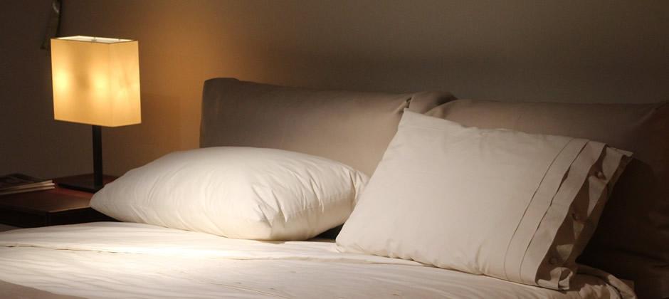 暗め&暖色系の照明で、快適な眠りを導く寝室に