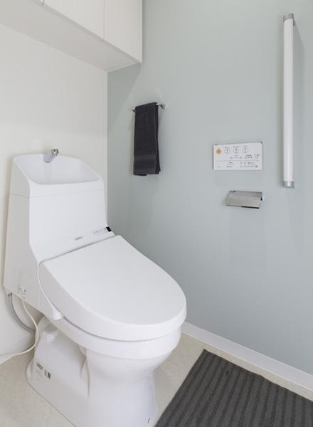 淡い色の壁紙で、白でなくてもクリーンなトイレ空間に