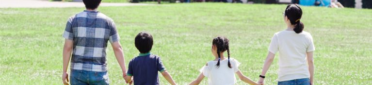 親子が手を繋いでいる写真