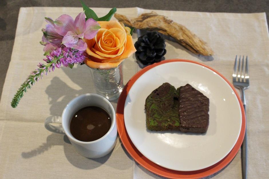コーヒータイムに合うお花のコーディネート