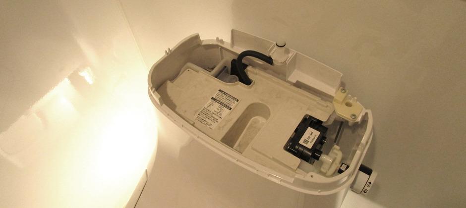 トイレタンクの蓋を外す