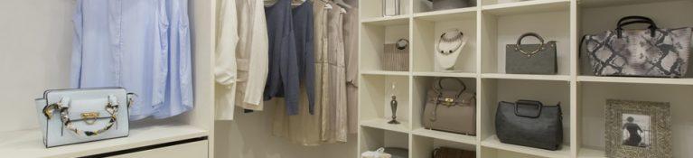 クローゼットの機能を活用して服をすっきり収納する方法