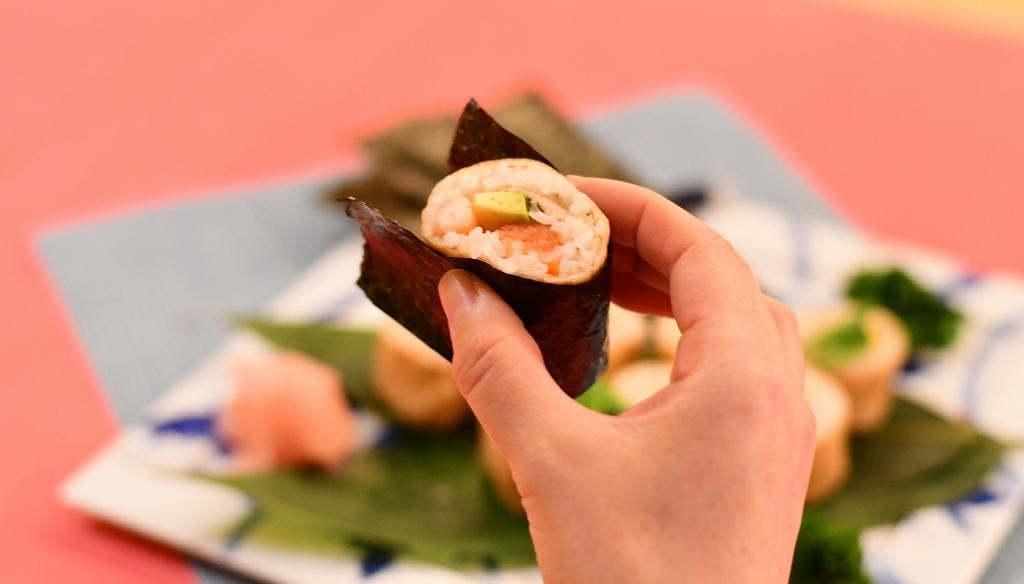 海苔で巻いた細巻きいなり寿司