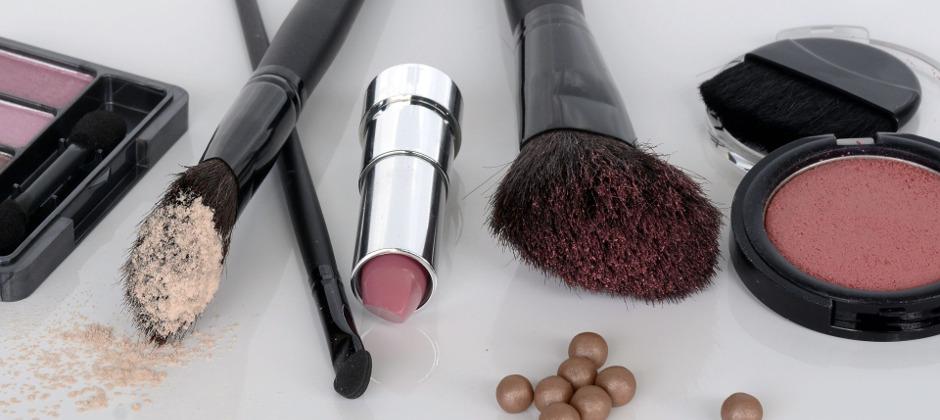 化粧品・クレヨン…中性洗剤+歯ブラシかき出し+拭き掃除
