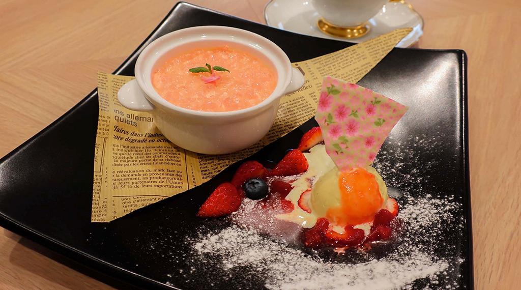 春風薫る桜のムースに苺のソースを添えて