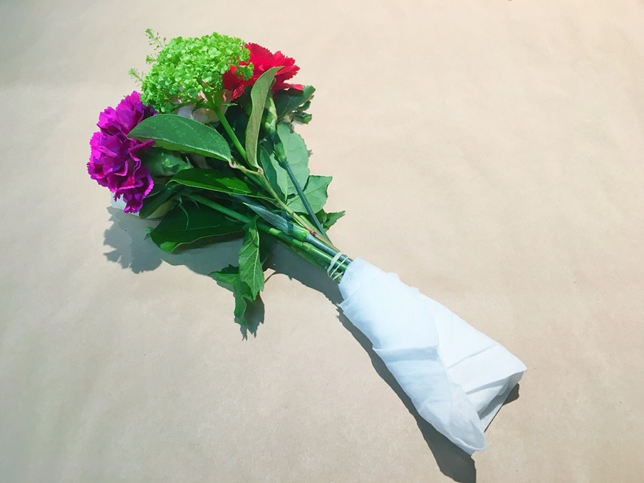 キッチンペーパーで花をつつむ