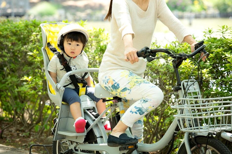 自転車に乗る親子