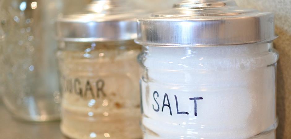 常温保存できる調味料は、塩、砂糖、うま味調味料