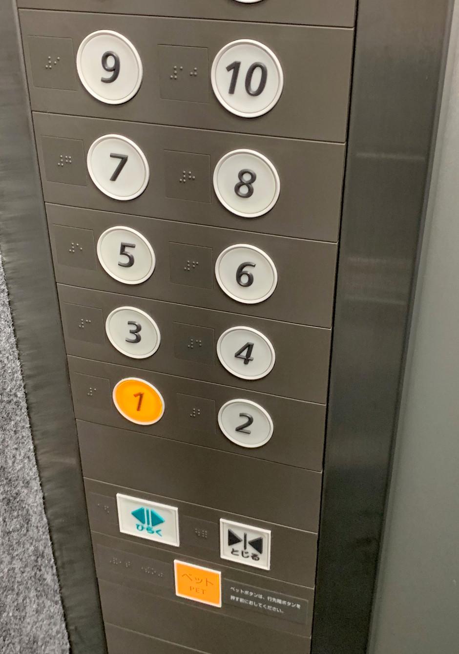 ペット乗車中ボタン付きエレベーター