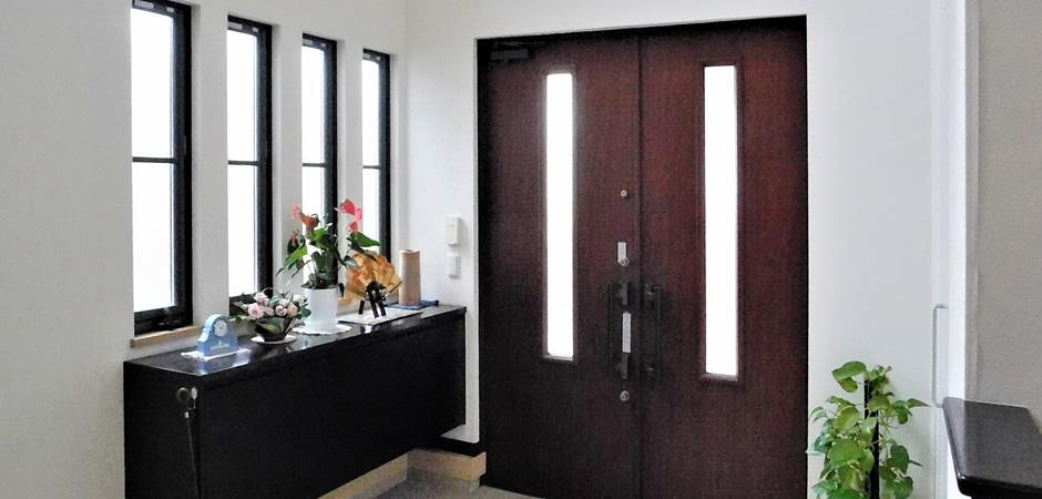 あかりとりの窓を設ける、採光タイプの玄関ドアにする