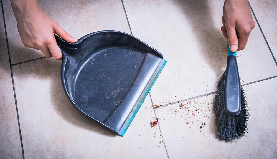 たたきを掃き掃除