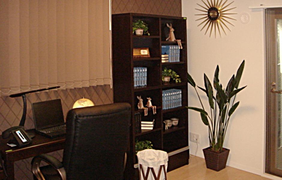 濃い色の家具と合わせることでシックなお部屋に