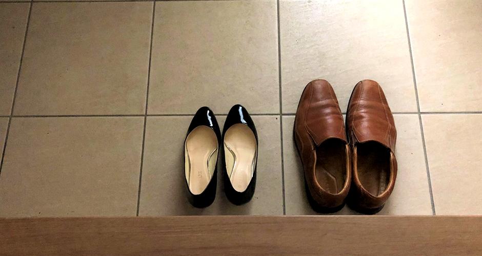 靴はかかとだけ揃える