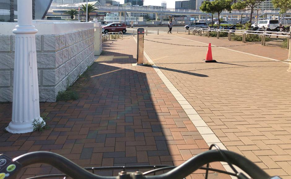 自転車で隙間を抜けて
