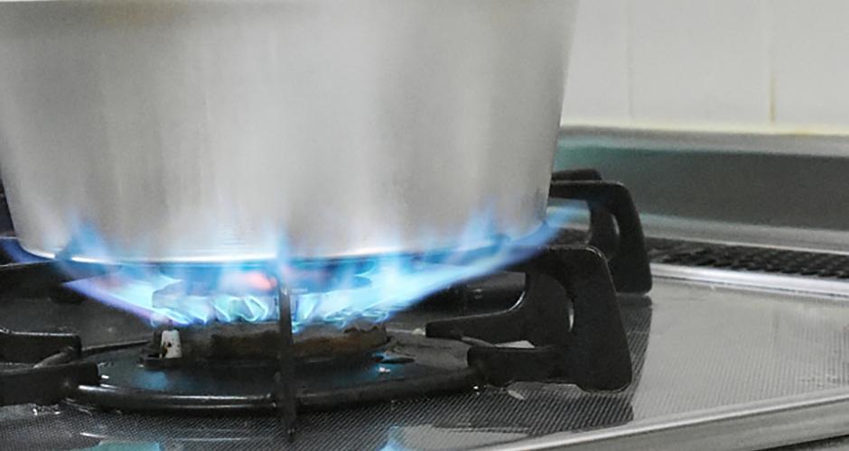 鍋底から火がはみ出さないように