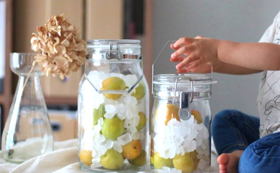 氷砂糖と梅の実を交互に入れる