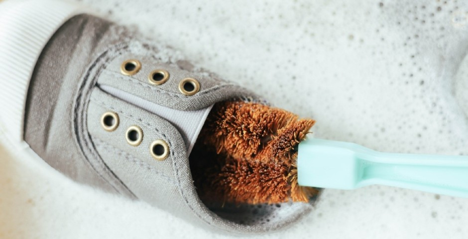 ブラシやスポンジで優しくこすり洗い