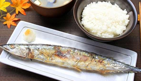 フライパンで魚を焼く